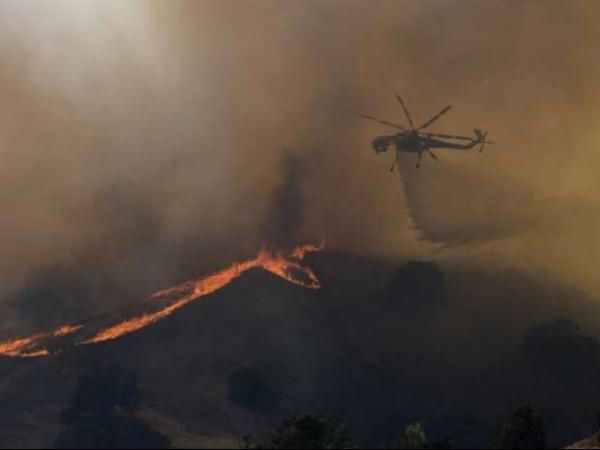 Incêndio fora de controle ameaça mais de 2,5 mil prédios na Califórnia