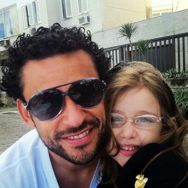 Jogador Fred posta foto com a filha e se derrete: