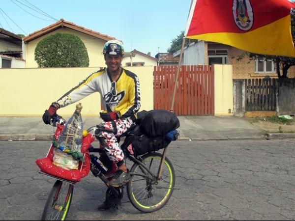 Jovem pedala 1.600 quilômetros para agradecer cura de doença