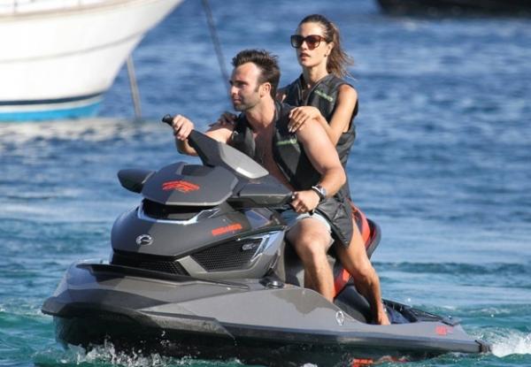 Alessandra Ambrosio mostra corpão na praia e anda de jet ski com marido