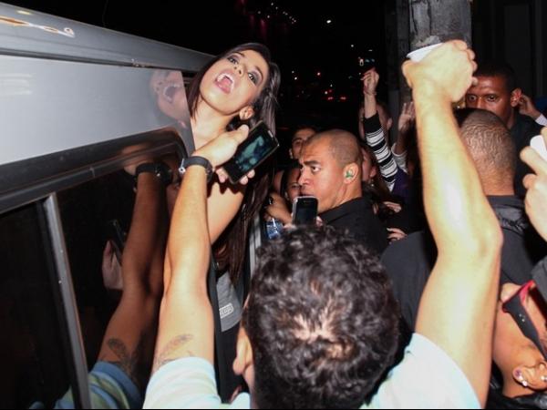 Decotada, Anitta causa tumulto em saída de show