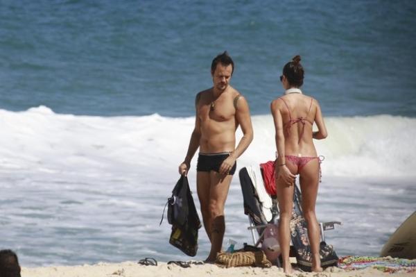 Paulo Vilhena e Thaila Ayala trocam beijos quentes em praia