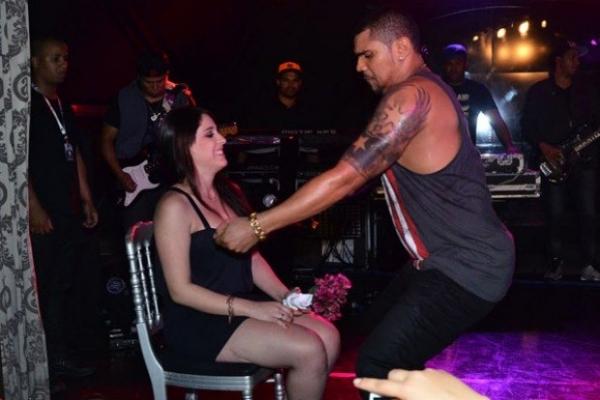 Cantor Naldo sensualiza e dança coladinho com fã durante show