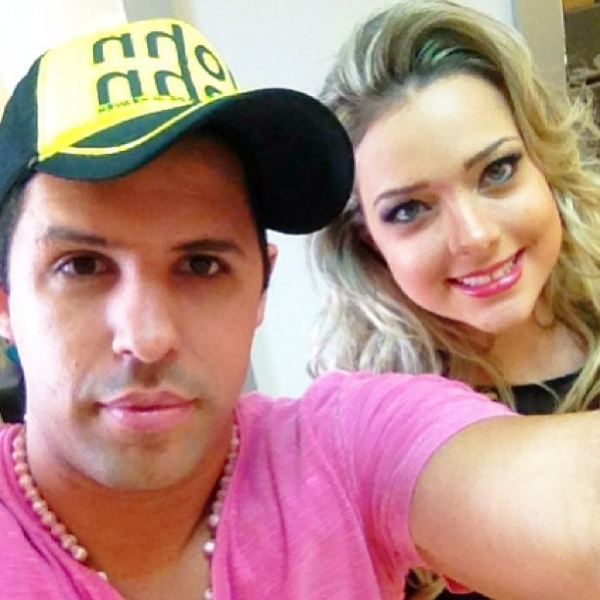 Ex-namorada de Neymar esbanja charme e exibe tattoo: