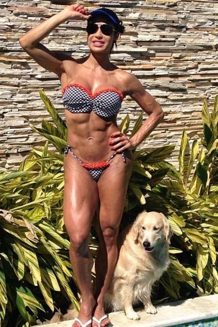 Gracyanne posta foto mostrando biquíni novo, mas chama atenção pelo corpo dividido