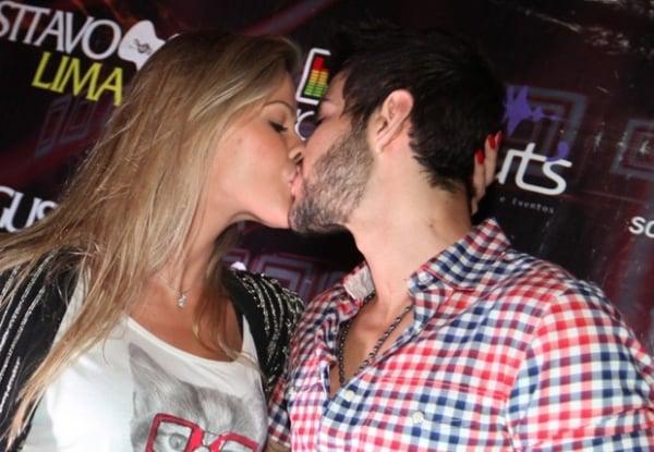 Gusttavo Lima dá beijão apaixonado na noiva e se diz