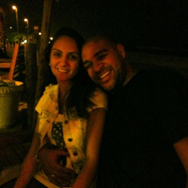 Longe dos gramados, Adriano posa em  família com a noiva grávida; veja foto