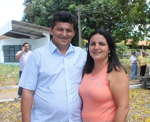 Prefeito Molão e primeira-dama Luzinete recebem uma pá carregadeira do PAC 2
