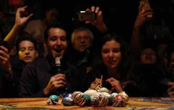 Clientes apostam em corrida de siris é atração de pub australiano