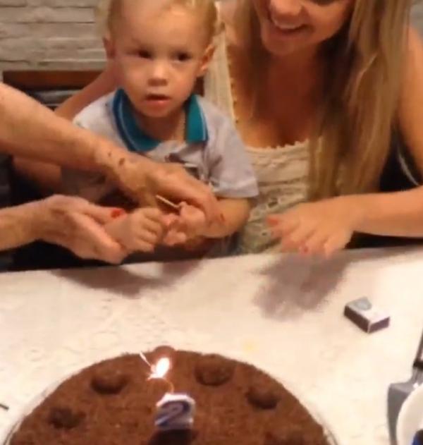 Ex de Neymar corta o bolo no aniversário de dois anos do filhinho fofo; curta imagens