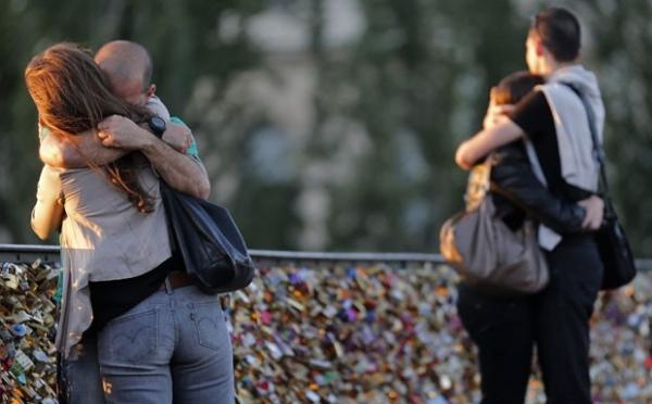 Excesso de cadeados apaixonados põe em risco ponte de Paris
