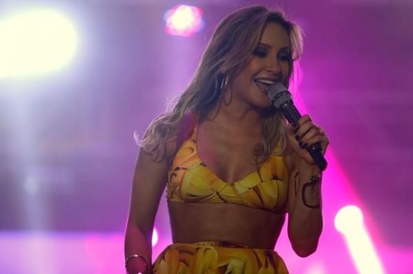 Prevenida, Claudia Leitte usa short por baixo da sainha em show