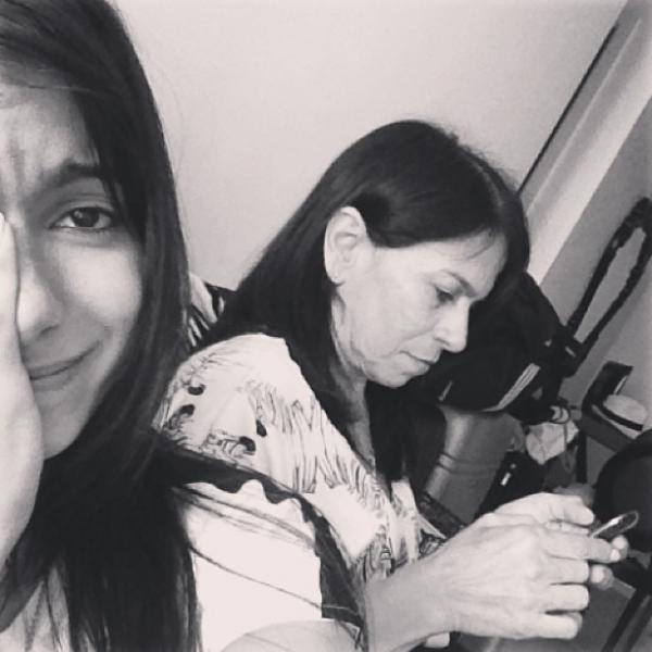 Anitta faz cara triste ao  lado da mãe e diz que  teve celular roubado