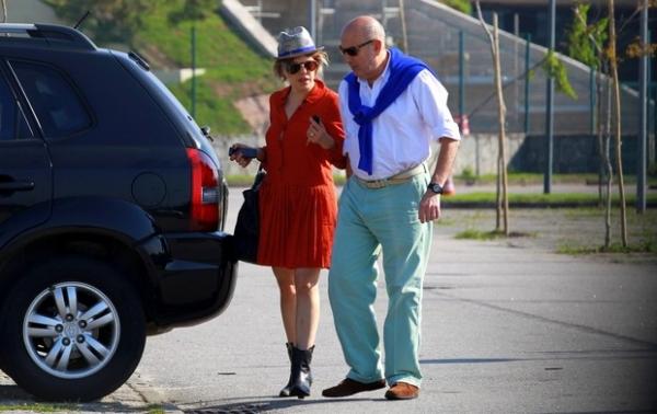 Bárbara Paz deixa churrascaria com o marido e o sutiã pendurado na bolsa