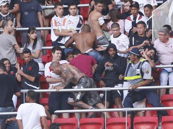 Com briga em estádio da Copa, Vasco e Corinthians empatam no DF