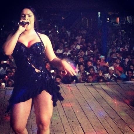 De vestidinho curto, Mulher Melancia deixa marmanjos babando em show
