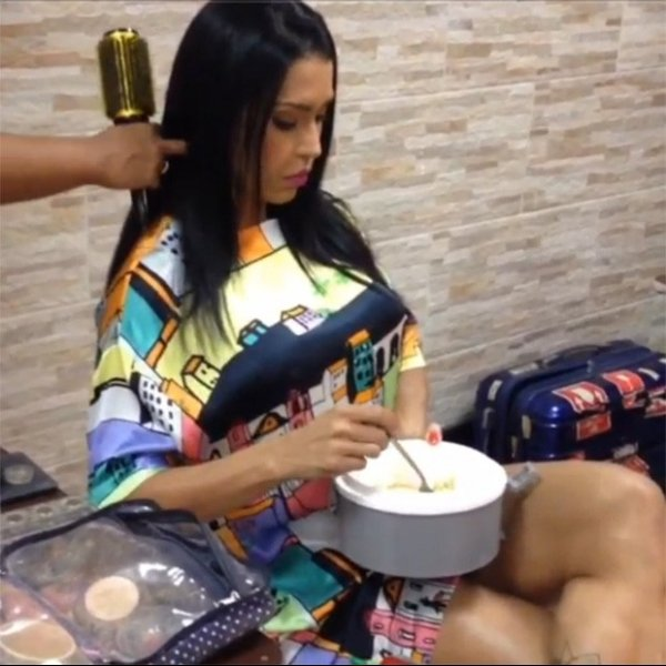 Gracyanne Barbosa come marmita, enquanto o cabelo é escovado