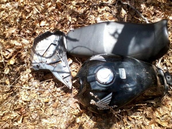 Populares encontram em matagal moto roubada totalmente depenada pelos ladrões
