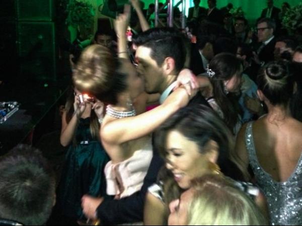 Sabrina Sato beija muito o namorado na festa do casamento da irmã