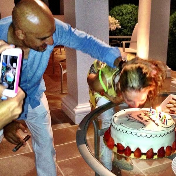 Thalia ganha bolo na cara na festa de seu aniversário