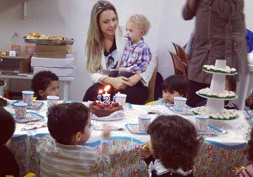 Com amiguinhos da igreja, filho de Neymar celebra 2 aninhos