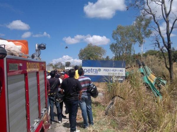 Ônibus com religiosos capota e deixa 2 mortos e 32 feridos