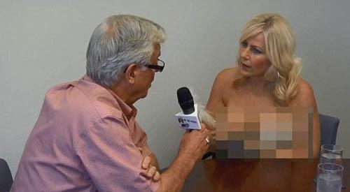 Apresentadora canadense faz topless durante uma entrevista feita ao vivo