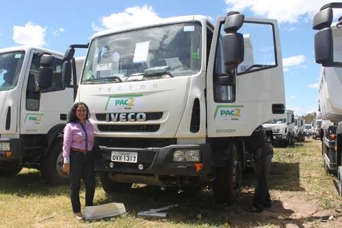 Prefeita Regina Ramos recebe caminhão caçamba para o município durante solenidade com ministro