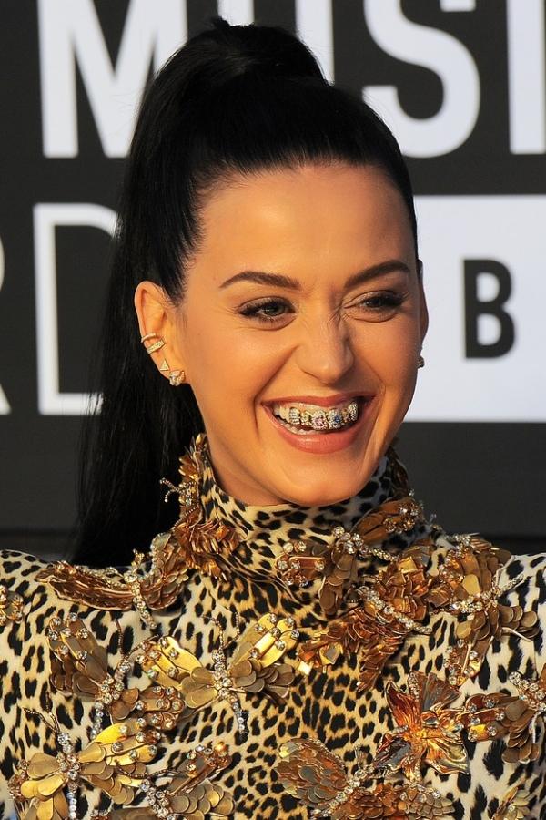 Katy Perry usa vestido de oncinha de R$ 12 mil em premiação