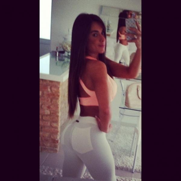 Nicole Bahls usa calça branca para malhar e evidencia o bumbum em foto