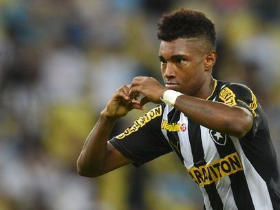Por R$ 31 milhões, Botafogo acerta transferência de Vitinho ao CSKA
