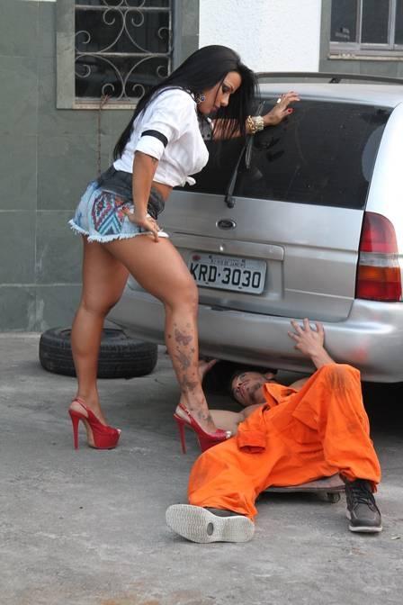 ?Genro? de Zezé Di Camargo, ex-galã de Malhação sensualiza com funkeira em gravação de clipe