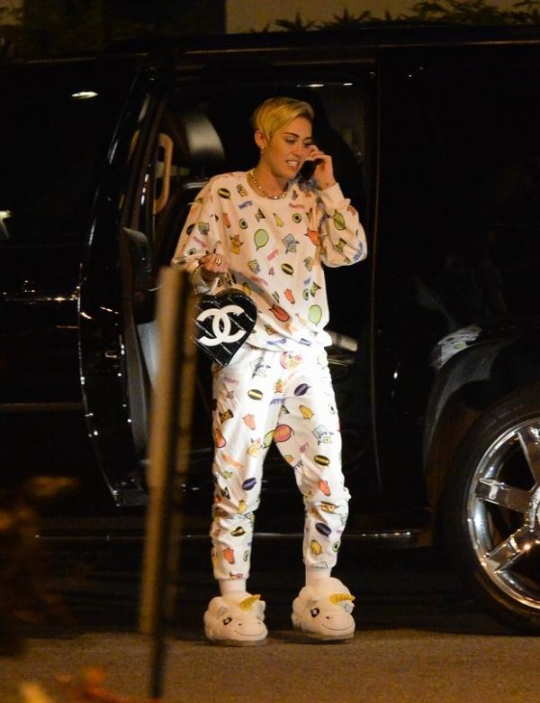 Após polêmica, Miley Cyrus é vista de pijama e pantufas em aeroporto