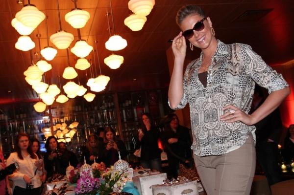 Grávida, Ana Hickmann apresenta coleção de óculos