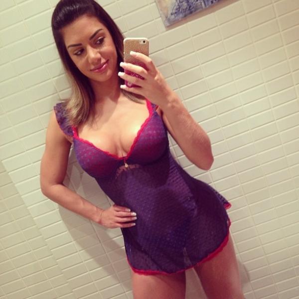 Graciella Carvalho posa de camisola sexy e faz charme