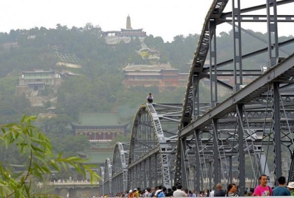 Homem tenta se jogar de ponte após não receber salário na China