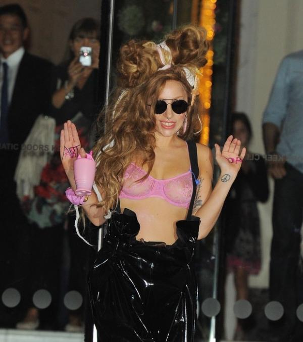 Lady Gaga usa sutiã transparente e mostra demais