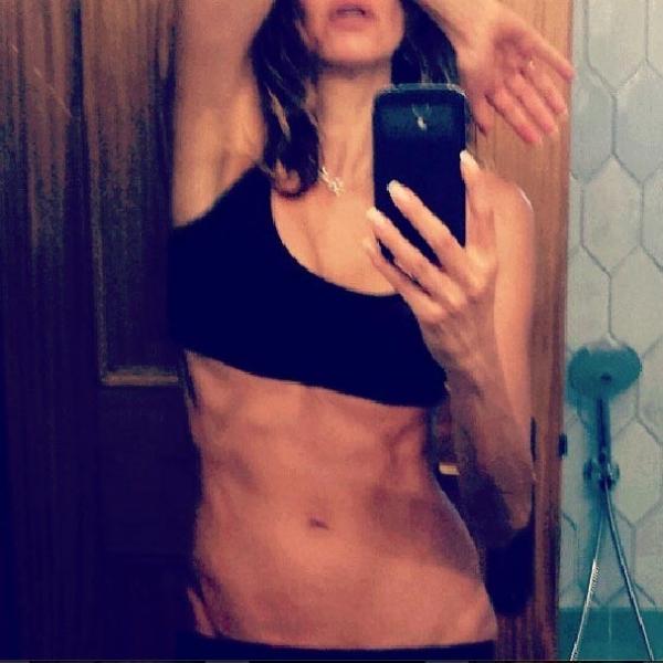 Luciana Gimenez começa o dia mostrando barriga tanquinho