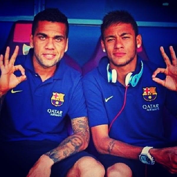 Neymar e Daniel Alves posam juntos em foto na rede social: