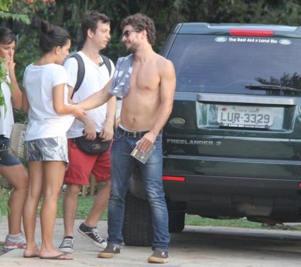 Sem camisa, Daniel Oliveira é visto cheio de assunto com Mariana Rios