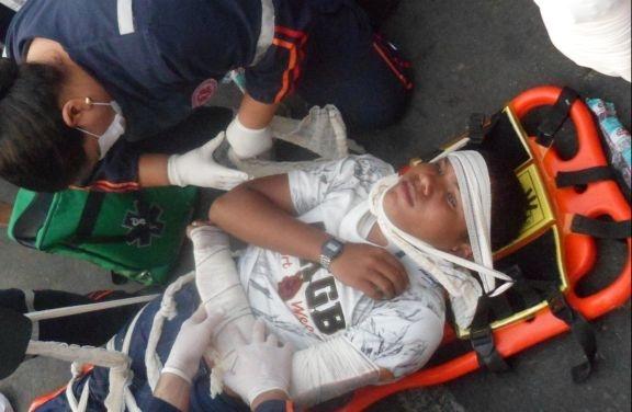 Após passar mal, homem desmaia e cai de cima de moto em movimento