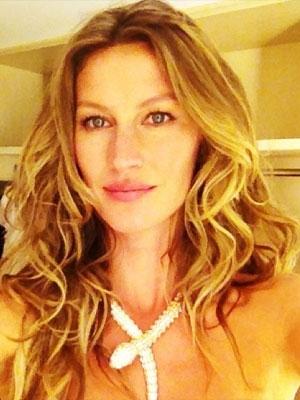 Gisele Bündchen posta foto em rede social usando apenas um colar
