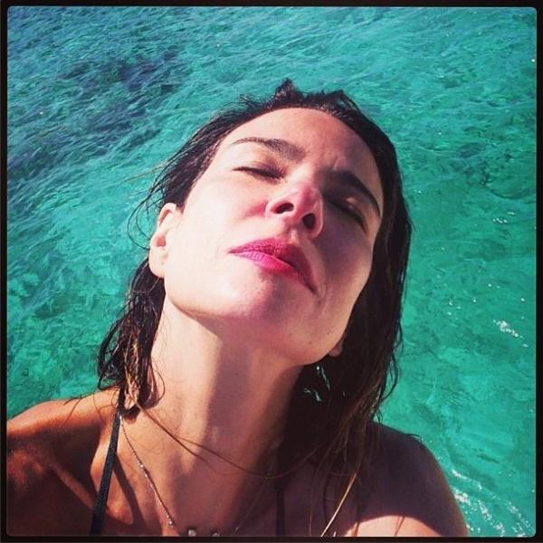 Luciana Gimenez exibe a barriga zerada e provoca com biquíni pequenininho