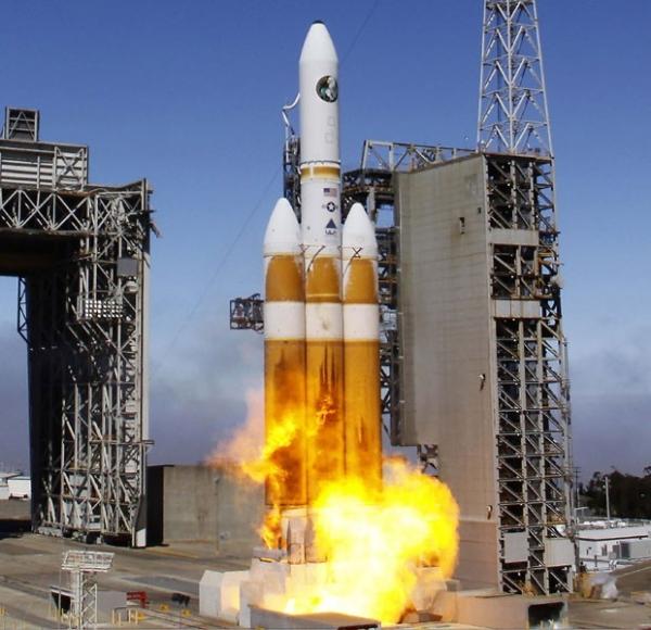 Maior foguete dos EUA decola com satélite espião