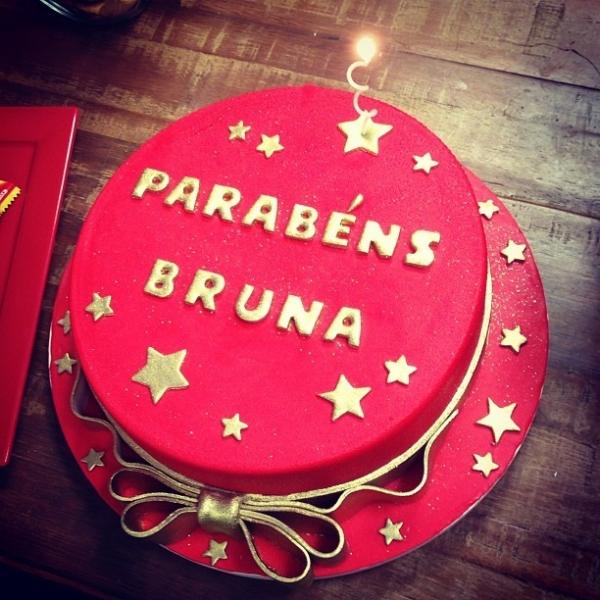 Após jantar com amigos, Marquezine ganha mais um bolo pelos 18 anos