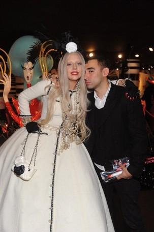 Lady Gaga troca de roupa 12 vezes por dia?, diz Nicola Formichetti