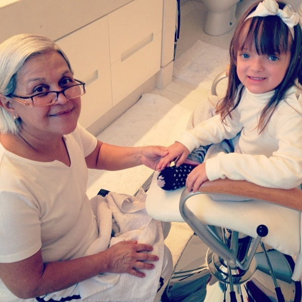Rafaella Justus faz as unhas antes de seu festão de aniversário