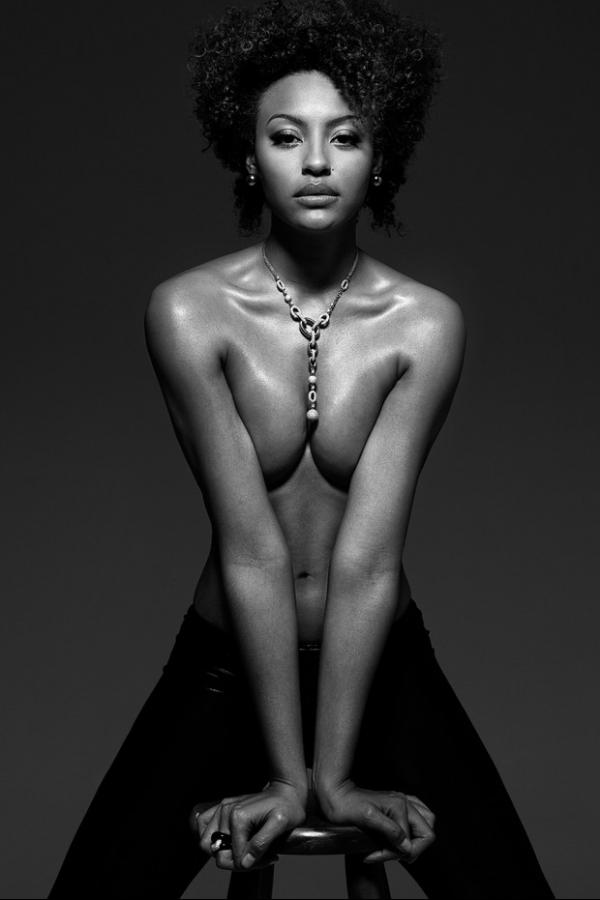 Sheron Menezzes posa sensual para divulgar feira de moda