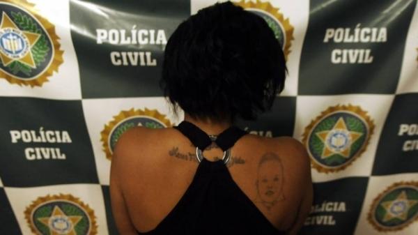 Mãe com tattoo para os  filhos é presa por tentar  trocar menina por drogas