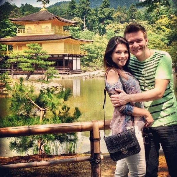 Michel Teló e Thais Fersoza curtem ponto turístico no Japão